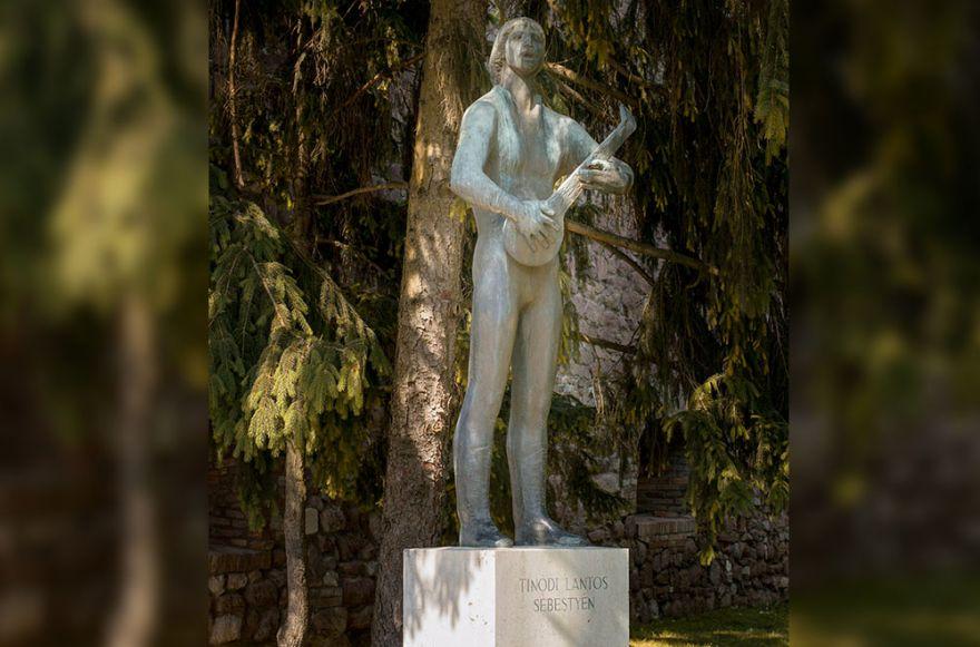 Tinódi Lantos Sebestyén, költő, zeneszerző, énekmondó (1515-1556), 1541-ig Török Bálint lantos deákjaként élt Szigetváron. Szobrát a vár főkapujánál találhatjuk. Kiss István Kossuth díjas szobrászművész munkáját 1967. szeptember 10-én avatták fel.